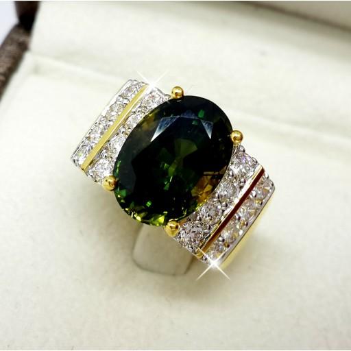 แหวนพลอยเขียวส่อง 7.80กะรัต ประดับเพชรน้ำ98